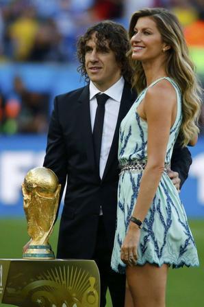 13.07 - Gisele Bundchen remet la Coupe du Monde à l'équipe allemande