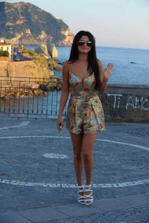 19.07 - Selena Gomez dans les rues de Ischia, Italie