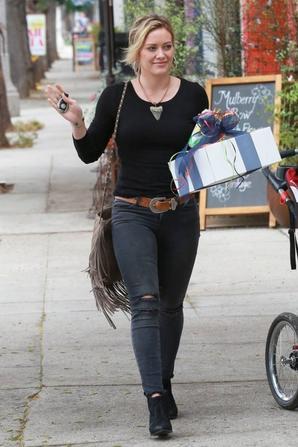 19.07 - Hilary Duff se rend a une fete, Sherman Oaks