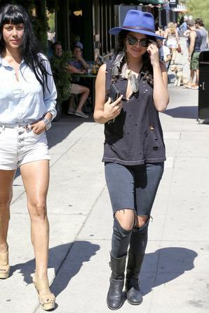 26.07 - Selena Gomez prend un cafe dans Los Angeles