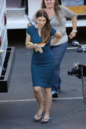 "04.08 - Jessica Biel sur let set de la série ""New Girl"""