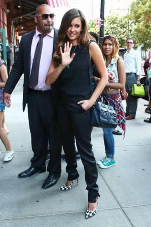 05.08 - Nina Dobrev salue ses fans dans New-York