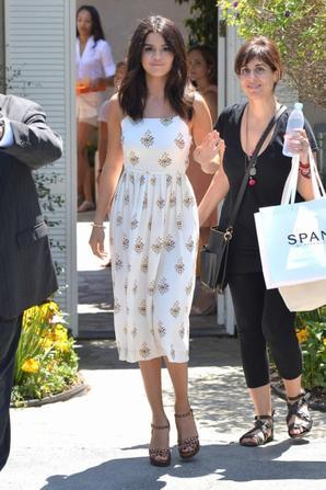 10.08 - Selena Gomez se rend à une fête, Brentwood