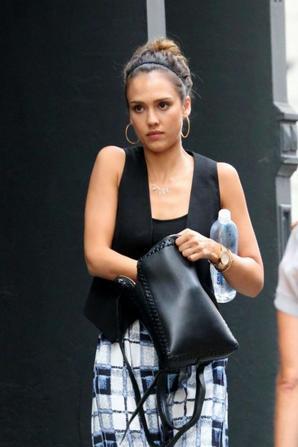 12.08 - Jessica Alba avec des amis, New-York