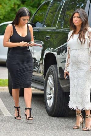 13.08 - Kim et Kourtney Kardashian se rendent dans leur boutique DASH, Southhampton