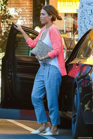 17.08 - Jessica Alba dans Beverly Hills