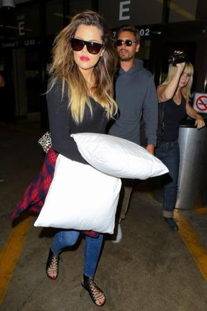 18.08 - Khloe Kardashian et Scott Disick à l'aéroport LAX