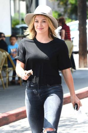19.08 - Hilary Duff se rend à La Conversation Cafe, Los Angeles