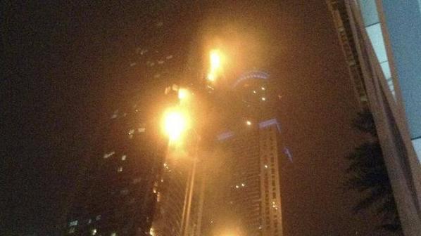 Dubaï. Spectaculaire incendie dans un gratte-ciel !!