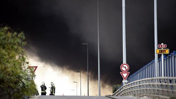 La Courneuve. Les images du spectaculaire incendie !!