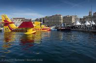 Un #Canadair s'expose dans le Vieux Port de Marseille !