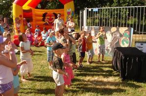 ANIF 7   LES YEUX EMERVEILLE DES PETITS les enfants regardent le clown.