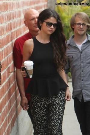 Le 06 mars, selena a été vue à Los Angeles quittant un studio d'enregistrement.