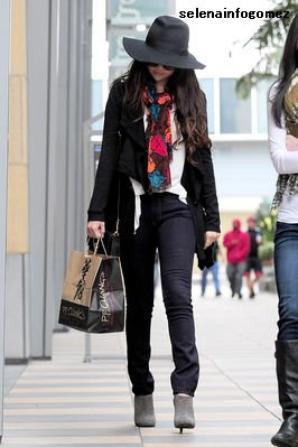 Le 07 mars, Selena a été vue quittant un restaurant chinois à Los Angeles.