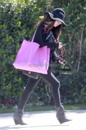 Le 17/03, Selena a été vue à l'aéroport de LAX.