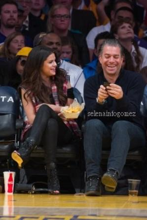 Le 17/03, Selena était au match des LAKERS (Staples Center) avec un ami.