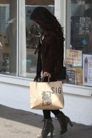 26/03? Selena et ses amies ont été vues à Venices, en Californie entrain de faire du shopping