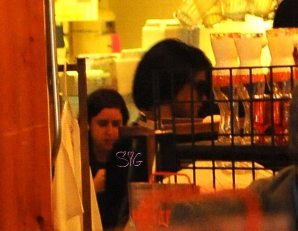 Le 24/04, Selena mangeant dans Hooters !