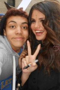 De nouvelles photos de Selena posant avec des fans !