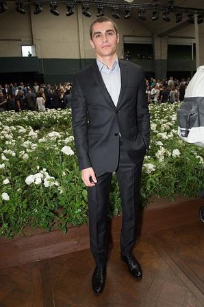 """Le créateur de mode Kris Van Assche entre Dave Franco et Alisson Brie pose Backstage après """"Dior Homme Menswear Printemps / Été 2016"""" dans le cadre de la Fashion Week de Paris le 27 Juin, 2015 à Paris."""