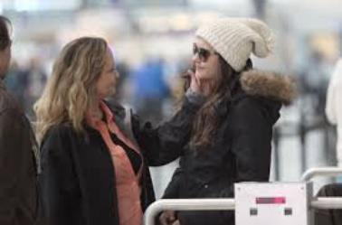Nina  et sa maman de Nina à l'aéroport de Torento.