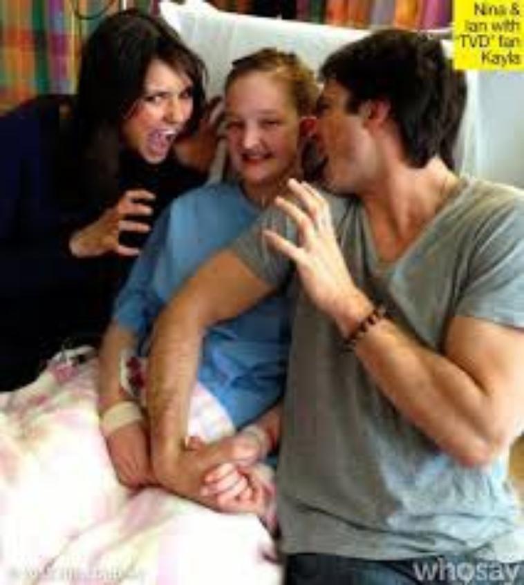 Nina et Ian rendant visite à Kayla Baker