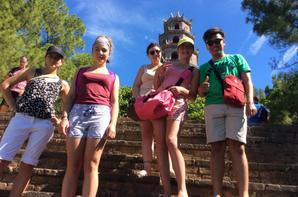 Aujourd'hui, dans l'attente du début des chantiers dimanche nous avons pris le temps d'aller à la rencontre de la culture et du patrimoine Vietnamien. Nous sommes partis vers 8h30 direction la pagode Thiên Mu de la dame céleste située au bord de la rivière des parfums, c'était pour certains une découverte des lieux sacrés de la religion bouddhiste.  Nous avons pu contempler de magnifiques jardins fleuris ainsi que des bonsaïs, des statues dont la tortue porte-bonheur. Nous avons apprécié voir beaucoup de dorures, de finesse et de détails dans l'architecture du Temple. Nous avons ressentis beaucoup de sérénité et d' émerveillement dans ce lieu.  Ensuite, nous nous sommes dirigés vers la cité impériale, c'est un endroit très impressionnant par sa grandeur mais aussi par le nombre de concubine de l'empereur, environ 500!! La cité est vive par le rouge et les dorures qui la sublime. Aujourd'hui nous avons fais face aux grosses chaleurs, la température ayant dépassé les 40 degrés.