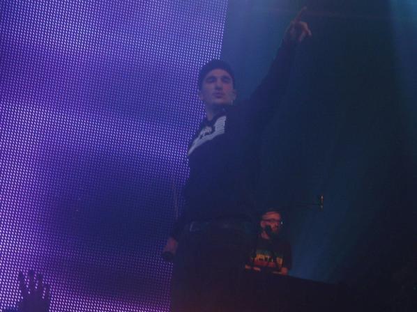 le concert de nantes c'était le 12 octobre  2012 j'ai prie en photo mon chouchou maska il est bg sur scène et chante super