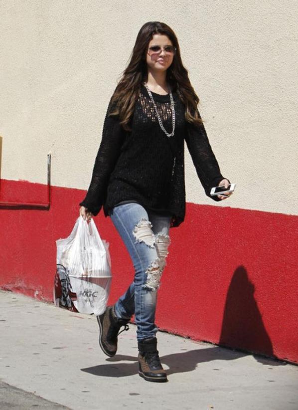 Selena Gomez sortant de KFC! :)