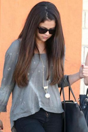 Selena Gomez sortant d'un restaurant! :)