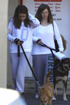 Selena Gomez et sa mére sortant de chez le vétérinaire ! :)
