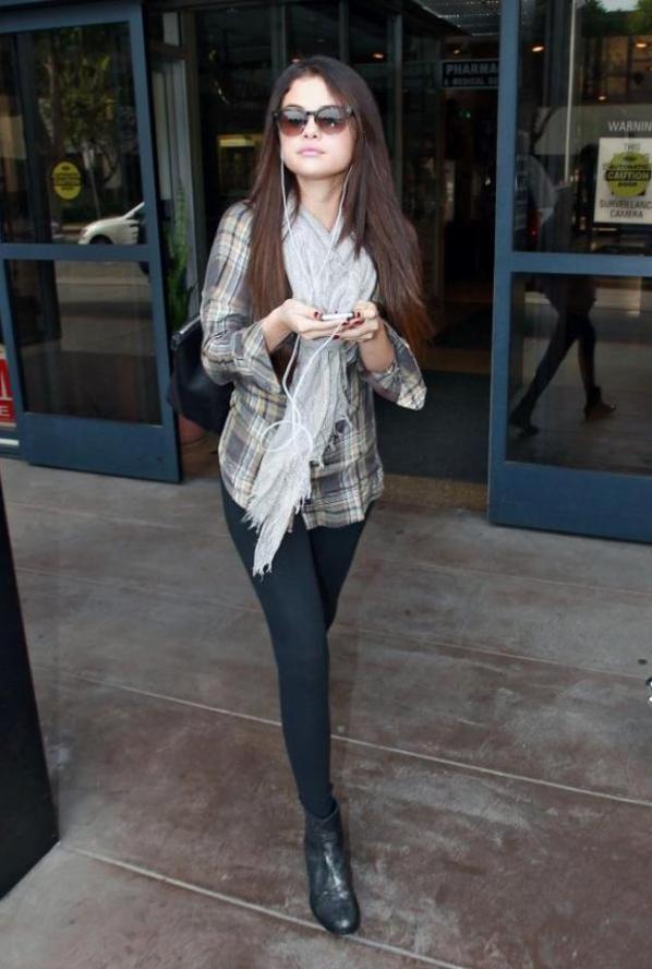 Selena Gomez a la sortie de l'hôpital de Los Angeles! :)