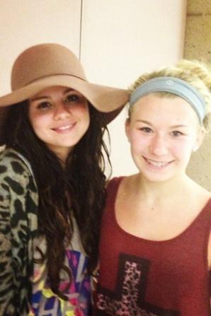 avec Selena Gomez avec des fans à l'aéroport de Puerto Vallarta au Mexique et à Pheonix! :)