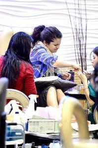 Selena se faisant faire une manicure dans un spa a Encino. :)