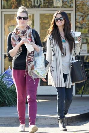 Selena Gomez sortant de Starbucks avec sa copine! :)