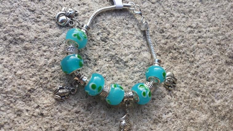 Bracelet en argent 925 agrémenté de breloque et perles de murano