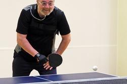 Je vais participer à un tournoi de tennis de table le week-end prochain, donc aujourd'hui j'ai pratiqué pendant une heure ou deux avec des amis