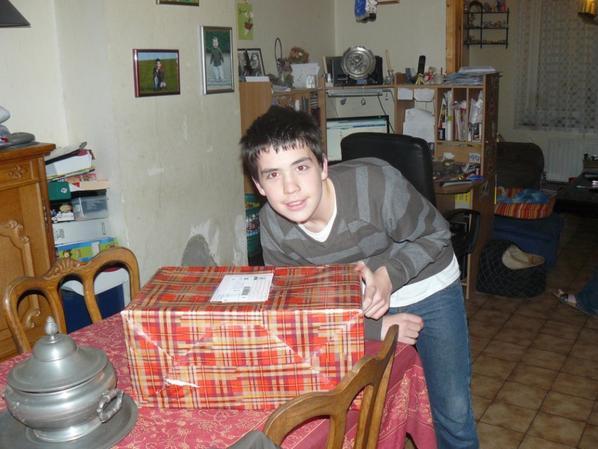 Cédric avec son cadeau de St nicolas, anniversaire et Noël