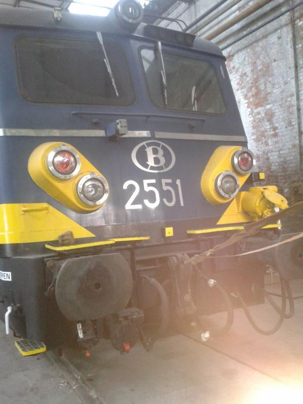 locomotive électrique série 25 en livrée bleue-jaune et sa plaque d'autentification