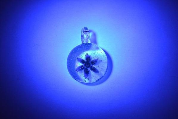 Pendentif en implosion et le même avec lampe uv :)