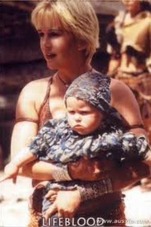 Eve bébé avec sa mère Xéna et sa tante Gabrielle