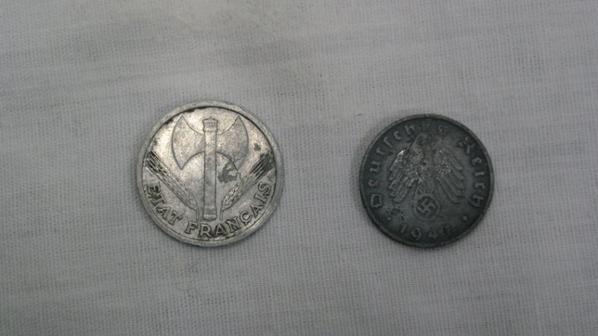 deux   pièce de  monnaie ( une  français  et un allemande  )