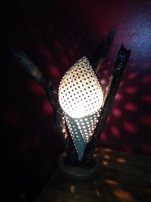des nouveaute pour le  salon de l'artisanat lampes  en bois brulé et vacoa tressé