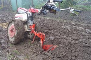 Labour du jardin avec le motoculteur honda f660fs et la - Motoculteur avec charrue ...
