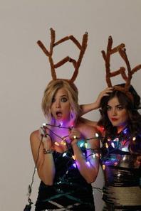 Ashley Benson & Lucy Hale qui pose à Noël