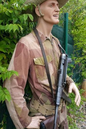 Mannequin Indochine en tenue peau de saucisson, bottes de saut ,colt 45 et MP40.