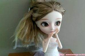 Kiyomi en robe de mariée.