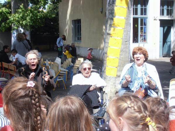 De l'école à la Maison de Retraite ils y a qu'une rue à traverser et un Monde à partager