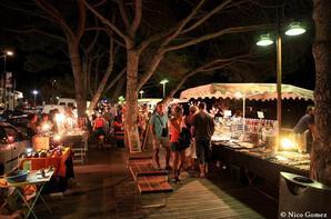 marché nocturne artisanal sur les berges du Canal du Midi.