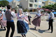 L'association gisc organise    Mardi 18 AOUT 2015   déambulation  de danse traditionnelle avec la troupe Li Gai Farandoulaire de Marseille.